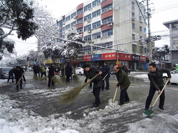 我院组织全体干警扫扫积雪1_副本.jpg
