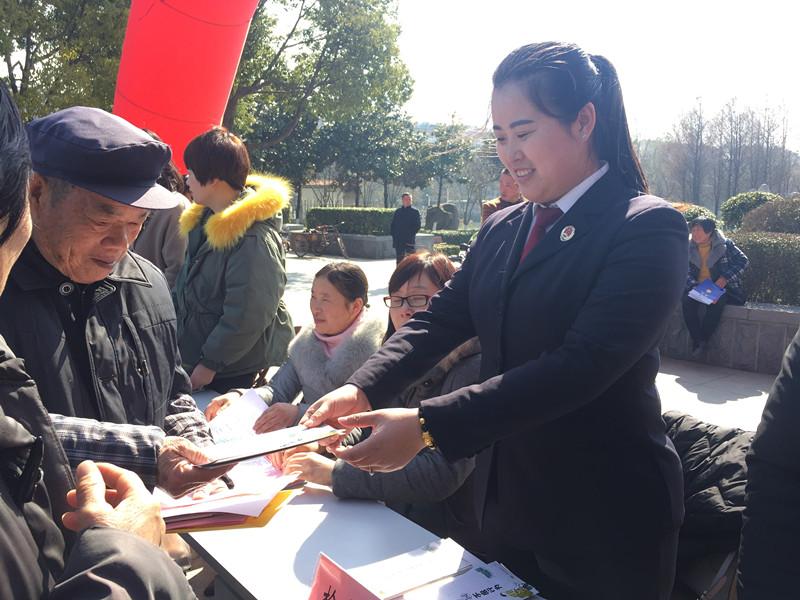 我院干警到北河广场开展法治宣传活动2_副本.jpg